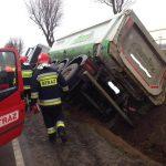 Wypadek w Glinczu: TIR wpadł do rowu [ZDJĘCIA]
