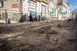 Przedłużający się remont deptaku w Kartuzach jest utrapieniem przedsiębiorców fot. Elżbieta Lejk / zKaszub.info