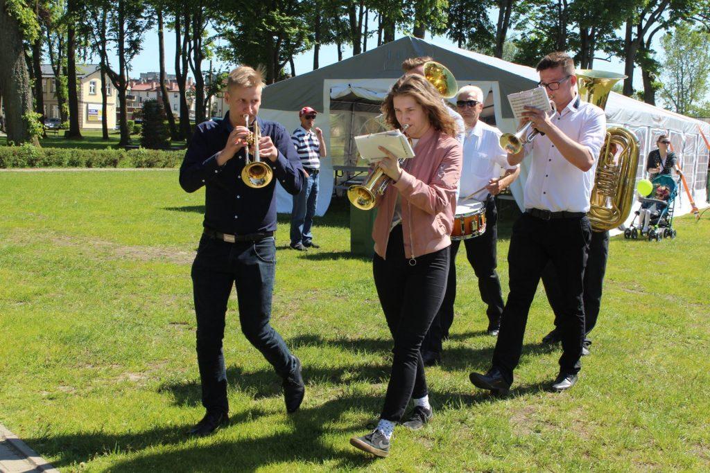 W przemarszu mieszkańców poprowadzili członkowie Młodzieżowej Orkiestry Dętej Łapalice fot. P.Chistowski / zKaszub.info