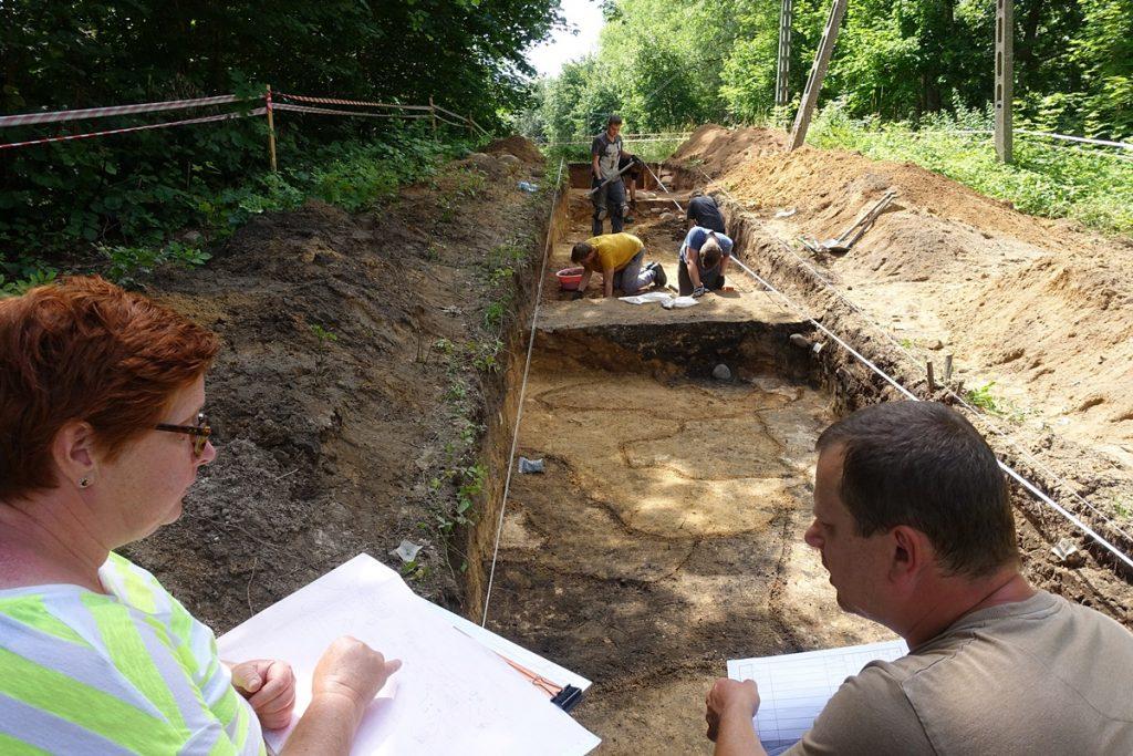 Rysownik i archeolog w trakcie dokumentowania odkryć. Już niedługo wystawa archeologiczna w Chmielnie - fot. Z. Ratajczyk
