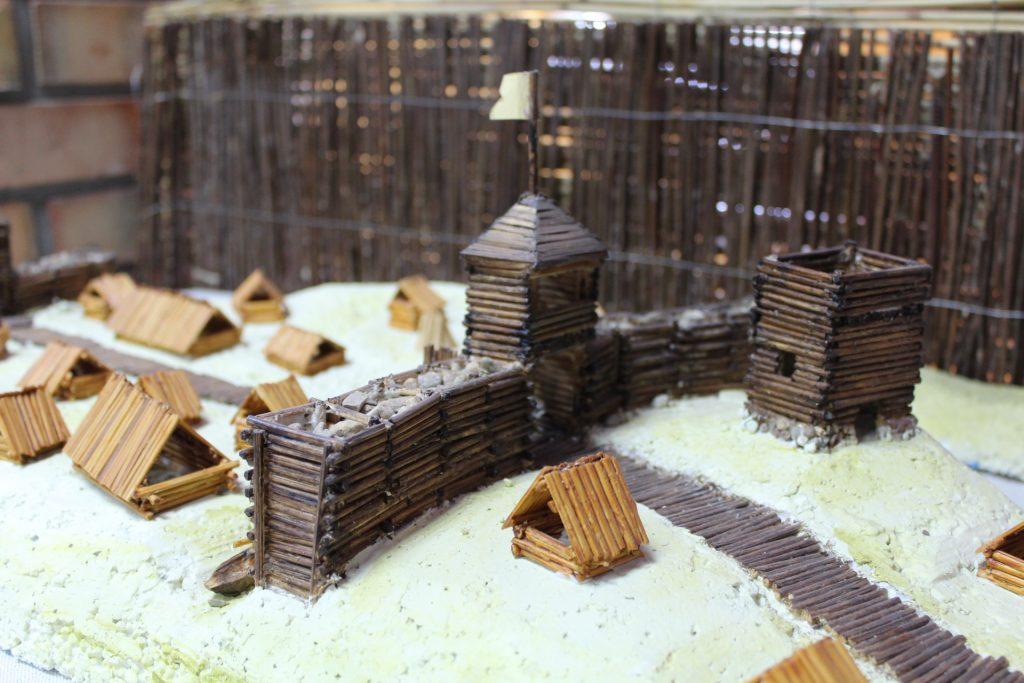 Uczniowie przygotowali także makietę przedstawiającą grodzisko w Chmielnie fot. P.Chistowski / zKaszub.info