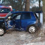 Wypadek koło Kościerzyny. Seat uderzył w drzewo