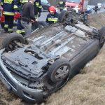 Wypadek pod Egiertowem: dachowała osobowa toyota