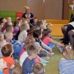 Gimnazjaliści czytali bajki dzieciakom [ZDJĘCIA]
