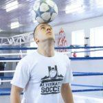 Adam Zaworski z Mściszewic zawodnik football freestyling [WIDEO]