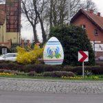 Wielkanoc na Kaszubach. Dwie dwumetrowe pisanki stanęły na rondzie w Żukowie
