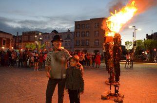 Plener na Rynku w Kartuzach: artysta podpalił swoje rzeźby [ZDJĘCIA]