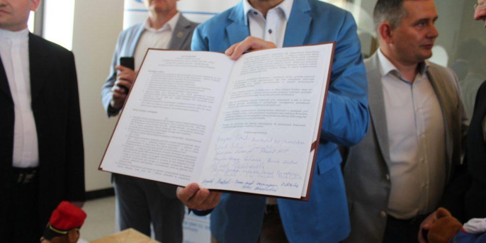List intencyjny, który swoim podpisem sygnowali przedstawiciel władz samorządowych oraz organizacji społecznych /fot. Elżbieta Lejk /zKaszub.info