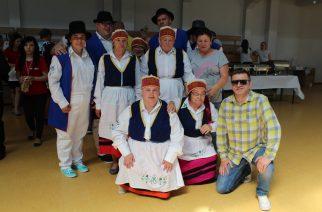 Podopieczni w tym roku prezentowali kaszubskie, a także kociewskie tańce. Na zdjęciu podopieczni z Kartuz z opiekunem grupy Leszkiem Przewoskim fot. P. Chistowski / zKaszub.info