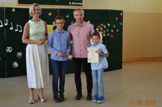 """W żukowskiej """"Jedynce"""" po raz kolejny laureaci konkursów zostali wyróżnieni proporczykami"""