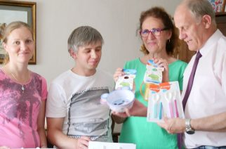 Burmistrz Gminy Żukowo wraz z pracownikami GOPS odwiedził z prezentami żukowskie czworaczki fot. Wojciech Kruk / UG w Żukowie