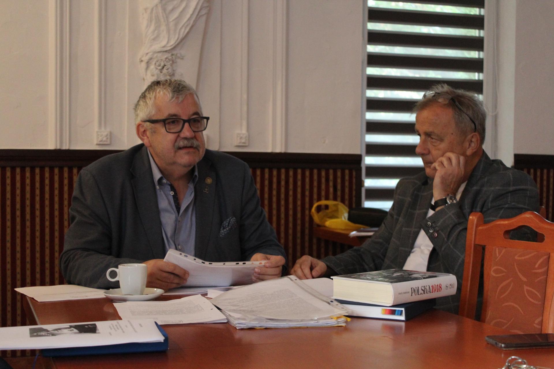 Kazimierz Socha Borzestowski podczas swojej konferencji starał się wytłumaczyć zamieszanie dotyczące nazewnictwa ulic w Kartuzach fot. P.CH. / zKaszub.info