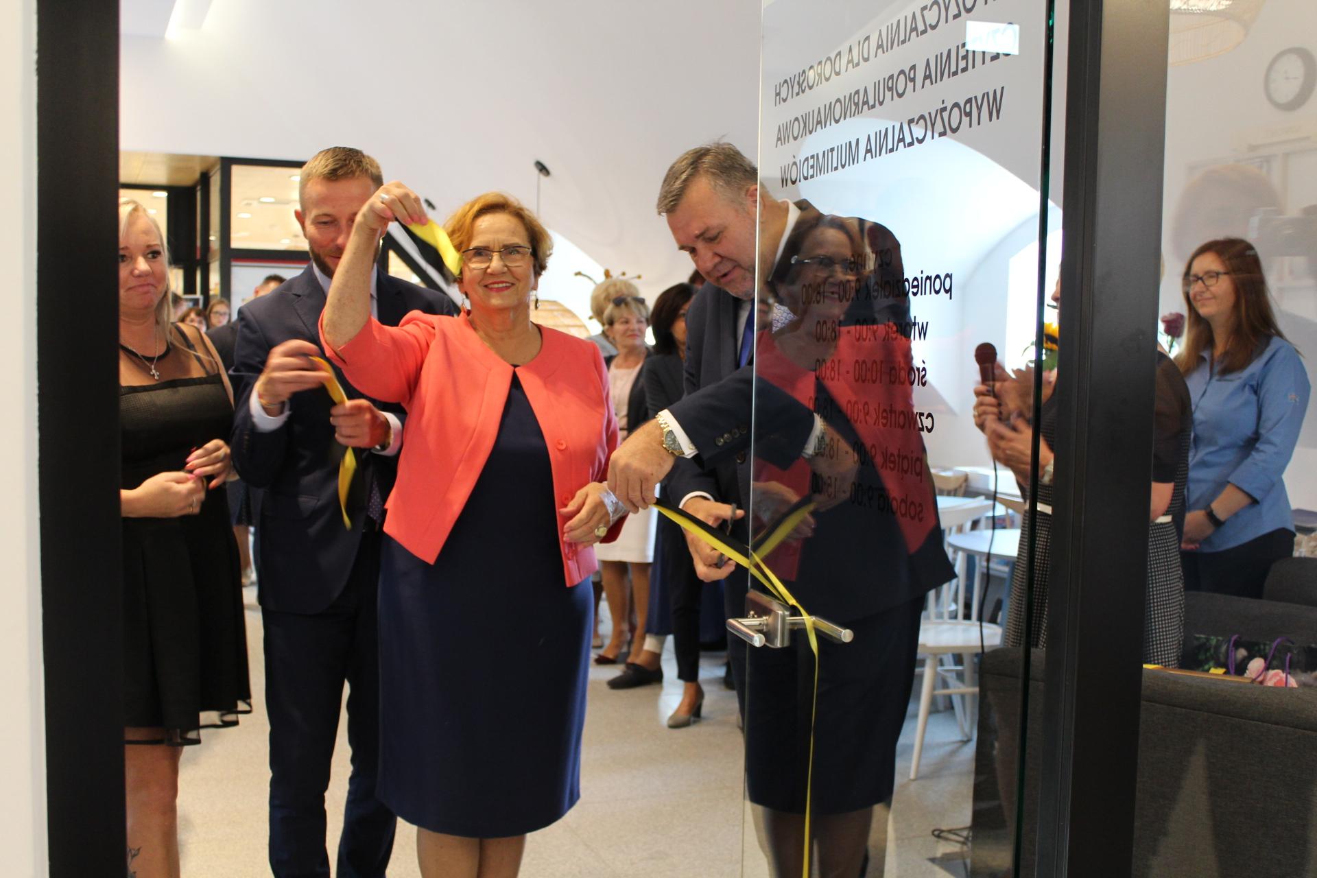 Przecięto wstęgę przed nową biblioteką w Kartuzach fot. P.CH. / zKaszub.info