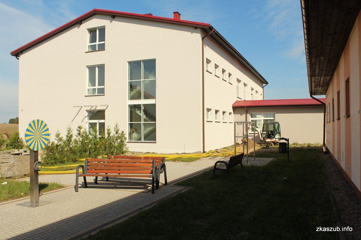To już ostatnie prace przy rozbudowie Szkoły Podstawowej w Pomieczynie fot. E.L. / zKaszub.info
