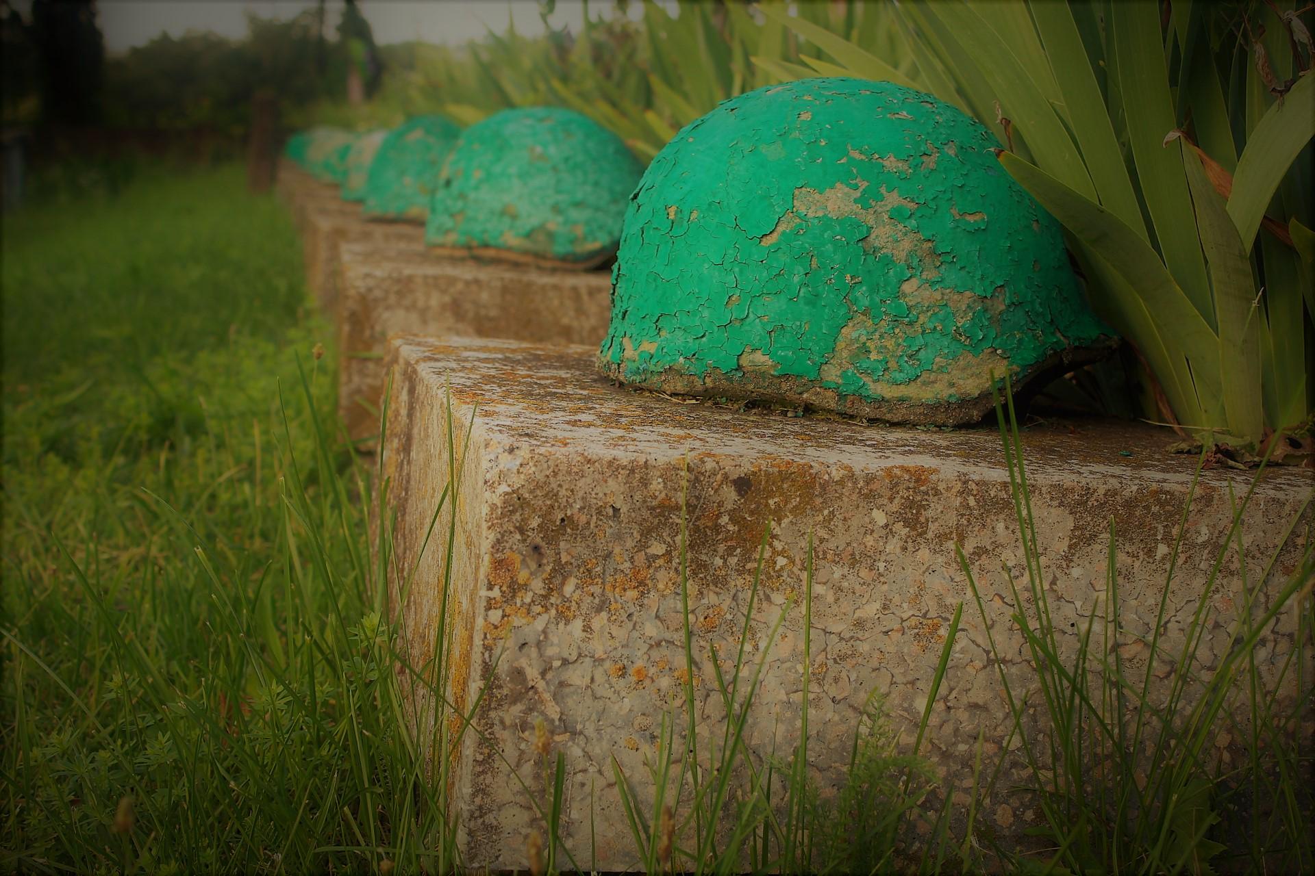 """""""Wchodząc uderza pewien widok. Równymi rzędami stoi kilkadziesiąt nagrobków. Każde bez imienia i nazwiska. Jedynie z zielonym, wojskowym hełmem. To groby poległych żołnierzy..."""" fot. P.Ch. / zKaszub.info"""