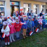 """Przedszkolaki z """"Kubusia Puchatka"""" w Kartuzach uczcili 100-lecie odzyskania przez Polskę niepodległości"""