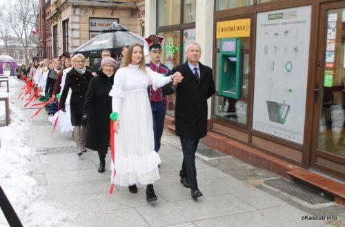 Polonez Maturzystów – 200 po raz jedenasty zatańczyło na kartuskim Rynku!