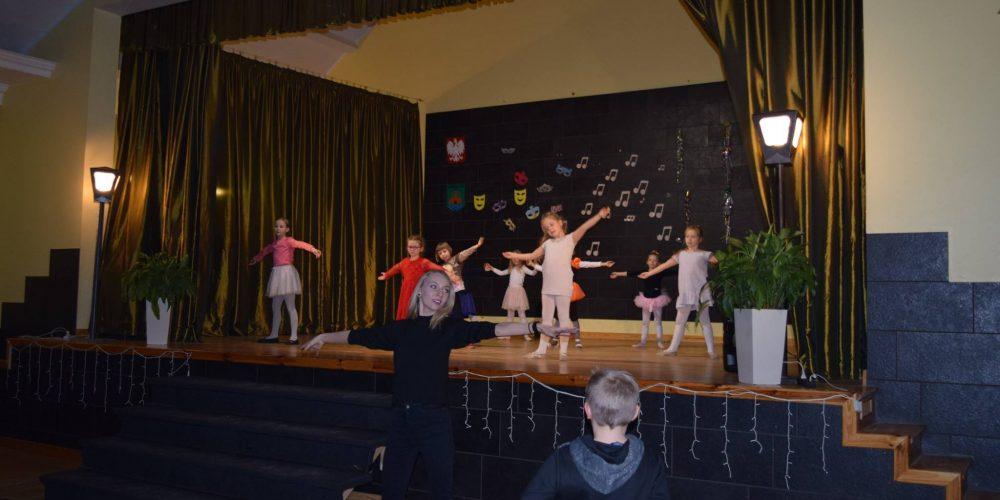Pokazali swoje talenty! Pokazy sekcji instrumentalnej, baletowej i tańca nowoczesnego w Chmielnie [ZDJĘCIA]