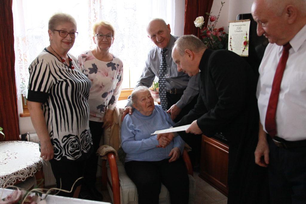 Na fotografii od lewej dzieci Jubilatki: Zofia, Regina, Edward, Janusz. List Arcybiskupa wręcza ks. J. Kuchta