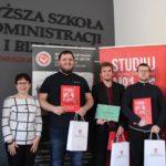 Podium finału Konkursu Wiedzy Historycznej Uczelni Kwiatkowskiego dla licealistów z Kartuz