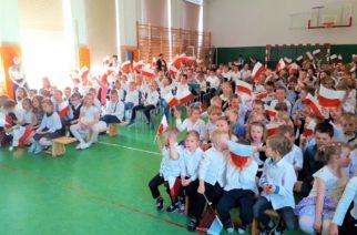 Manifestacja patriotyczna w szkole w Borkowie [ZDJĘCIA]