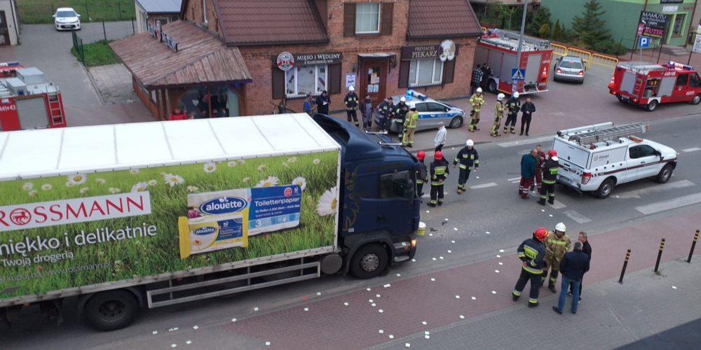 Ciężarówka najechała na tył samochodu. Jedna osoba ranna