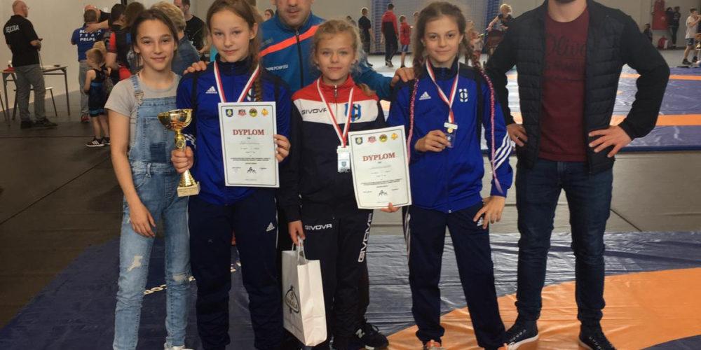 Trzy medale kartuskich zapaśniczek!
