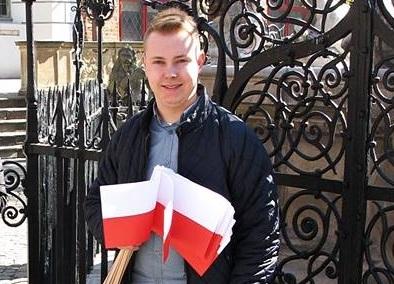 Radny Tyberiusz Kriger rozda flagi na Rynku w Kartuzach