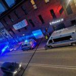 """Kartuzy. Obława w """"Pretekście"""". Policjanci kontrolują pub (wideo)"""