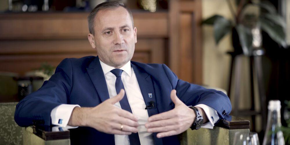 """Kartuzy. Tomasz Belgrau występuje z klubu PiS. """"Mam dość walki politycznej burmistrza…"""""""