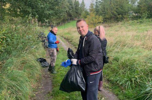 Łapalice. Mieszkańcy z radnym T. Krigerem posprzątali teren przy jeziorze